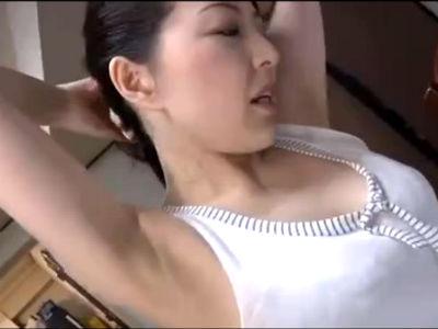 「暑いわねぇ」娘の旦那を胸チラと脇の下で誘惑するフェロモン熟女義母の誘惑