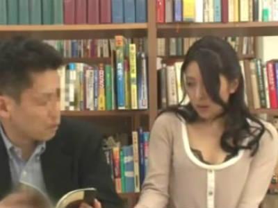 ミニスカお姉さんを図書館で痴漢したら自分からあそこを触らせて誘って来たので声を押し殺して中出しセックス 二宮ナナ