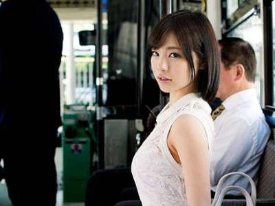 バスの中で痴漢されて感じてしまう美人お姉さん 鈴村あいり