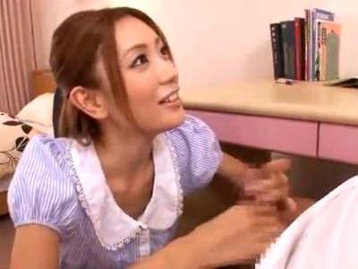 胸チラで生徒を誘惑して勃起したデカチンを手コキフェラでくわえ込む美人痴女家庭教師 前田かおり