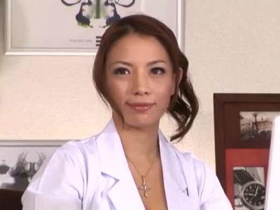 オナニーで感じて濡れてるオマンコを見せつけ素股手コキをする痴女医 織田真子