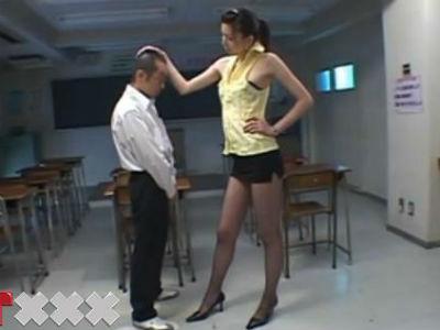 長身美脚網タイツのドSな痴女教師が放課後の教室でチビな生徒に強制クンニ