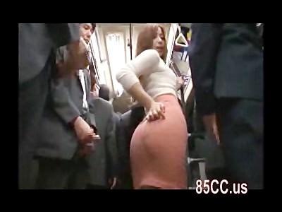 バスの中でタイトスカートのムチムチなお尻にザーメンをぶっかけられて興奮する痴女お姉さん 佐々木恋海