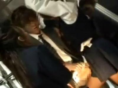 痴女jk30人が占拠した女子校バスに乗り込んできた男を全員で逆レイプする