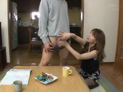 彼氏の実家で母親にバレないようにコタツの中で手コキする痴女な彼女 吉沢明歩