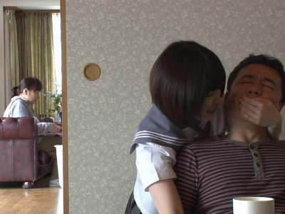 娘の痴女女子校生の友達に口を手で塞がれ強制手コキされる父親 埴生みこ あおいれな