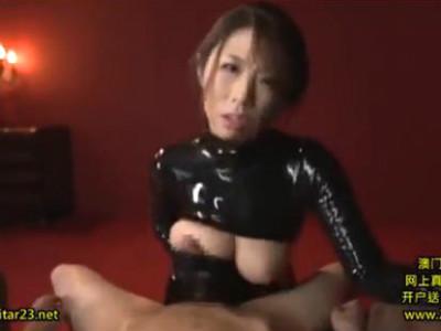 ヤセ巨乳のエロボディにピッタリとしたラバーボンデージでパイズリ射精 篠田あゆみ