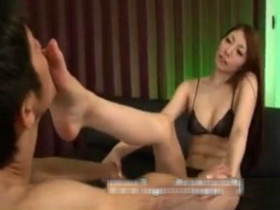 脚フェチM男の顔面に足を押し付けチンポを足責めするスレンダー美女