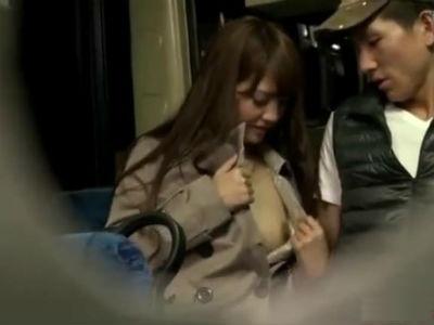 コートの下は裸の美女がバスの一番後ろの席で素人男性を痴女る みずなれい