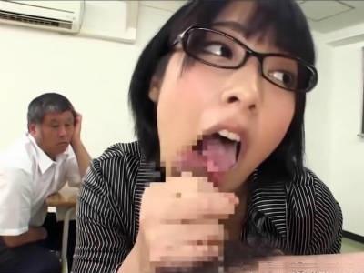 キモメン生徒たちの精液をクチマンコで搾り取るショートヘアのメガネ先生 阿部乃みく