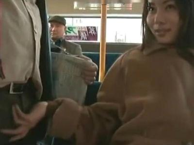通勤途中のバスの中で男を逆痴漢して手コキする痴女 ヘンリー塚本 浅井舞香