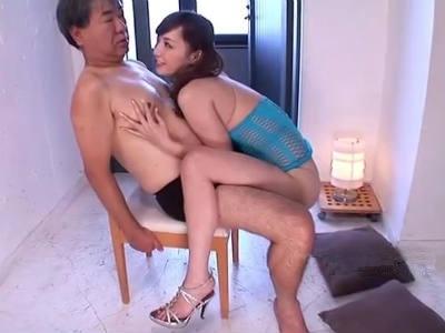 椅子に座らせたM男のおっさんをバキューム濃厚痴女フェラ 冬月かえで