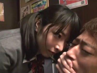 マンガ喫茶でオナニーしてる男の個室に乱入して手コキして強制クンニさせる変態jk 由愛可奈