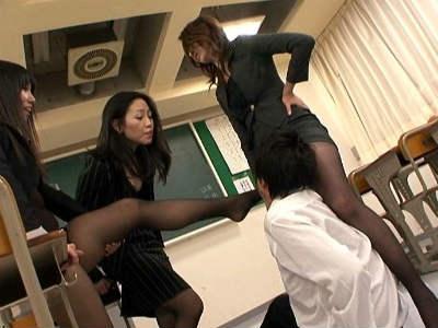 黒ストッキングの女教師がM男を脚責めする痴女行為 坂田美影 加賀雅 吉岡奈々子