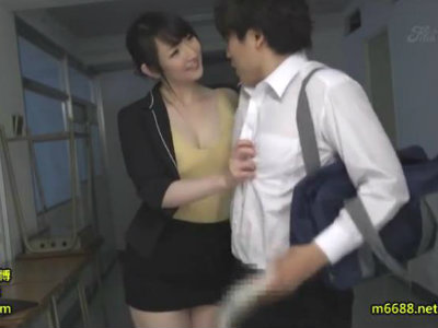 放課後に生徒を誘惑して強制クンニさせて逆レイプする淫乱女教師 二階堂ゆり