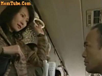 バスの中で自分から男に体を押し付け痴漢してもらいそのまま欲望をぶつけ合う中年男女 ヘンリー塚本 赤坂ルナ