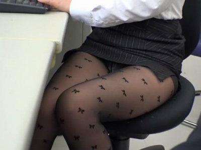 女性だらけの会社内でタイトミニからパンストパンチラを見せつけるムチムチOLに誘惑された 佐々木恋海