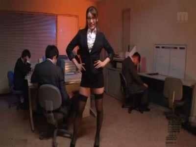 会社の男性社員たちのチンポをジュボフェラしまくる淫乱メガネOL 本田莉子