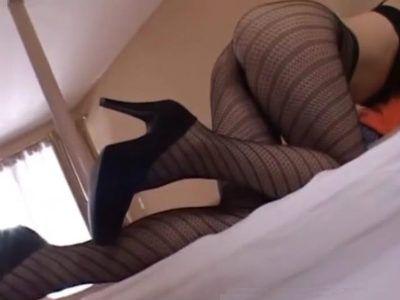 美脚人妻がエロい柄ストッキングにヒールのままネットリ年下M男を責める痴女フェチ動画