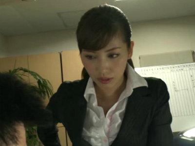 コンビニやバーやオフィスで発情すると男を逆レイプする異常性欲の美人お姉さん 横山美雪