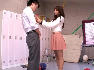 「この事、みんなには内緒にしてくれる?」いつもノーパンの女教師が生徒を手コキフェラ 神ユキ