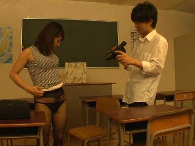 生徒に自分のオナニーを撮影させて逆ハメ撮りする淫乱女教師 水原さな