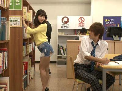 図書館で男をパンチラ誘惑するミニスカお姉さんの痴女行為 彩城ゆりな 早瀬ありす 夏海花凛 田村ゆめの