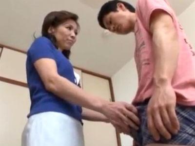 反抗期の息子との関係を身体をつかって修復する貧乳五十路母! 大河内奈美