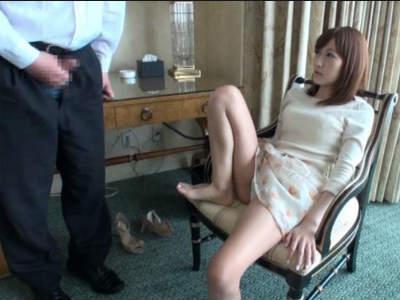 足フェチなドMの変態おじさんに美脚を舐めさせたりセンズリ鑑賞する美人お姉さん 杏咲望