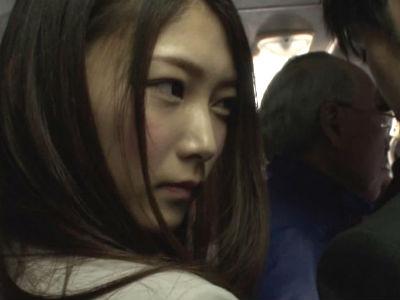 通勤中のバスの中で発情してしまった淫乱OLが隣りにいた年下男を逆痴漢 香澄はるか