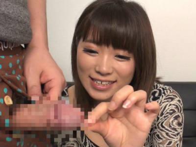 若妻のセンズリ鑑賞動画!「チンチン大っきい・・・触ってもいいですか?」目の前で大きくなるチンポに興奮しだす可愛い奥様!