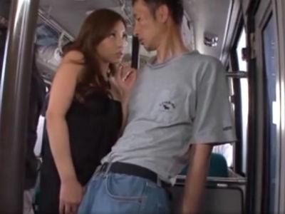 欲求不満のドスケベ痴女ギャルが走行中のバスの中で逆痴漢 さくら悠