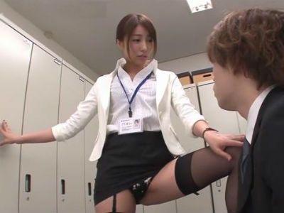 会社のロッカー室でパンチラ誘惑した新入社員の若いチンポをフェラ抜きする痴女上司 美雪ありす