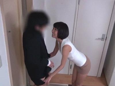 旦那が出張で欲求不満になった人妻がミニスカートで隣人を誘惑するためにわざと落とした物とは? 湊莉久
