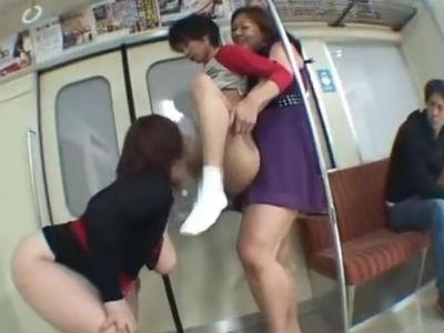 電車の中で巨漢痴女2人組に陵辱されてしまうチビ男