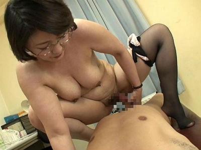 学校では厳しいおばさん女教師、家では息子相手に淫語セックスの痴熟女母 円城ひとみ