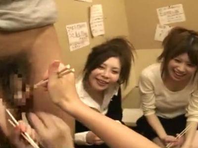 居酒屋でチンポを丸出しにすると人妻たちは大騒ぎして箸でツンツンしたりするCFNM動画