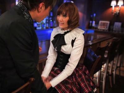 童貞を殺す服の美女がバーのカウンター席で逆ナンパしてその場で手コキを始める 明日花キララ