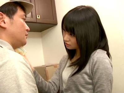 ザーメン大好きな若妻が家に来た配達業者を誘惑してフェラして口内射精 愛内希