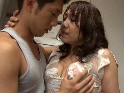 むっちり五十路義母が夫とのセックスでは物足りず娘婿を誘惑する! 近藤郁美