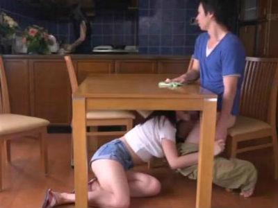 彼女に隠れながらテーブルの中に潜ってフェラしてくる巨乳痴女お姉さん 浜崎真緒