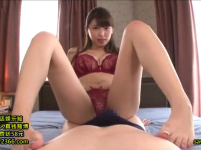 舐めたりつまんだり足でいじったり執拗に乳首を責めてくるSな美人お姉さん 秋山祥子