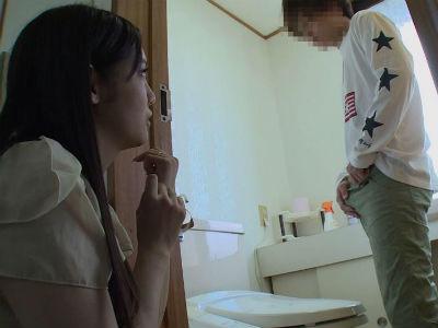 息子の友達のショタデカチンに我慢できなくなってトイレで手コキフェラするママ みづなれい