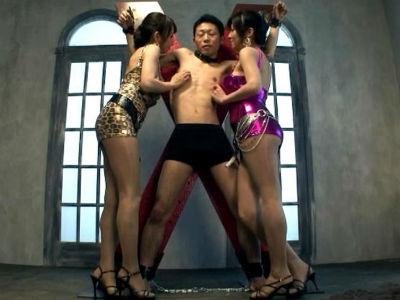 拘束したM男のチンポを2人でフェラして射精してザーメンをレズキスで口移しする痴女動画 浅乃ハルミ 美咲結衣