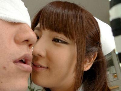 目に包帯をして視界がない患者をフェラするムチムチボディのどエロナース 神咲詩織