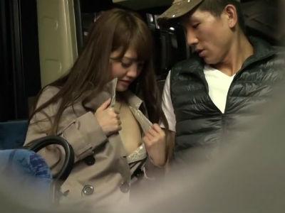 バスの一番後ろの席で裸にトレンチコートの美女が逆痴漢フェラしてた一部始終 みづなれい