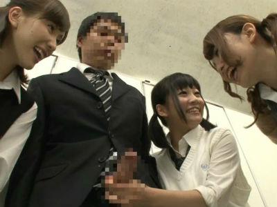 満員電車で勃起してしまったサラリーマンをトイレに連れ込んで弄ぶ女子校生3人組 芦名ユリア 篠宮ゆり あおば結衣
