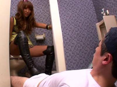 男子トイレに入ってきて清掃員をブーツで足コキする黒ギャル 桜ここみ