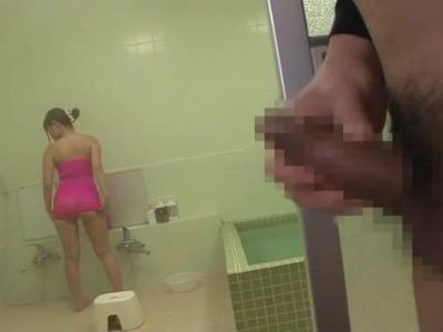 「エッチなチンポ」シャワーを覗かれた淫乱チアリーダーが逆レイプ さとう遥希