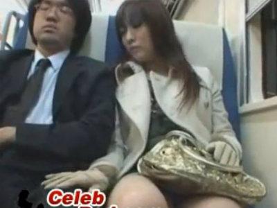 電車で隣の席の気の弱そうなサラリーマンを逆痴漢して手コキで暴発させる痴女